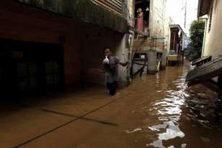Kampung Rawajati, Kalibata, Jakarta Selatan, terendam banjir, Selasa (8/3/2016). Sekitar 8 kelurahan di 5 kecamatan yang ada di wilayah Jakarta Selatan dan Jakarta Timur banjir pada Selasa pagi akibat luapan Sungai Ciliwung.