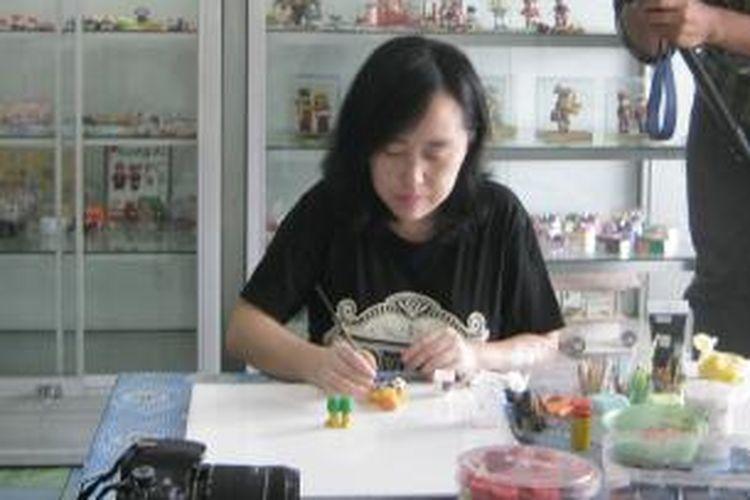 Di tangan Joyce (40), warga Jalan Menur nomor 4, Kecamatan Sidorejo, Salatiga ini, tepung bisa disulap menjadi aneka model patung, gantungan munci, hiasan kulkas dan aneka souvenir menarik lainnya.