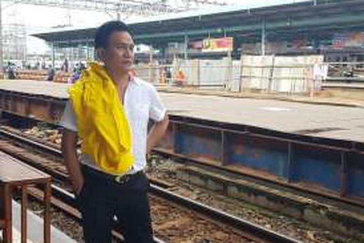 Bakal calon gubernur DKI Jakarta, Yusril Ihza Mahendra saat di Stasiun Manggarai, Jakarta, Jumat (22/4/2016).