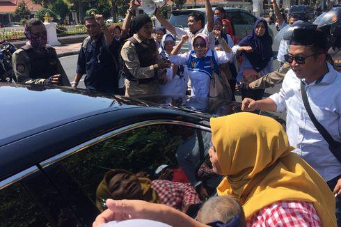 Protes PPDB Sistem Zonasi, Wali Murid Hadang Mobil Dinas di Depan Gedung Grahadi