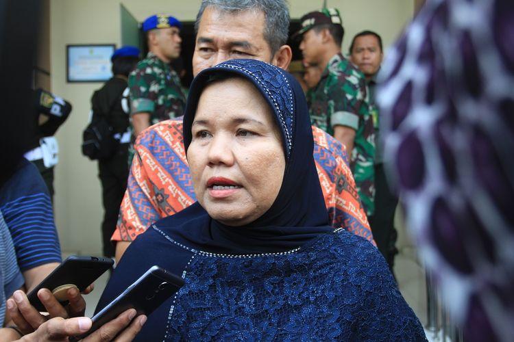 Suhartini (51) ibu kandung Fera Oktaria (21) yang menjadi korban pembunuhan serta mutilasi oleh Prada Deri Permana usai menghadiri sidang di Pengadilan Militer I-04 Palembang. Dalam sidang tersebut, hakim menjatuhkan vonis seumur hidup kepada Prada Deri.