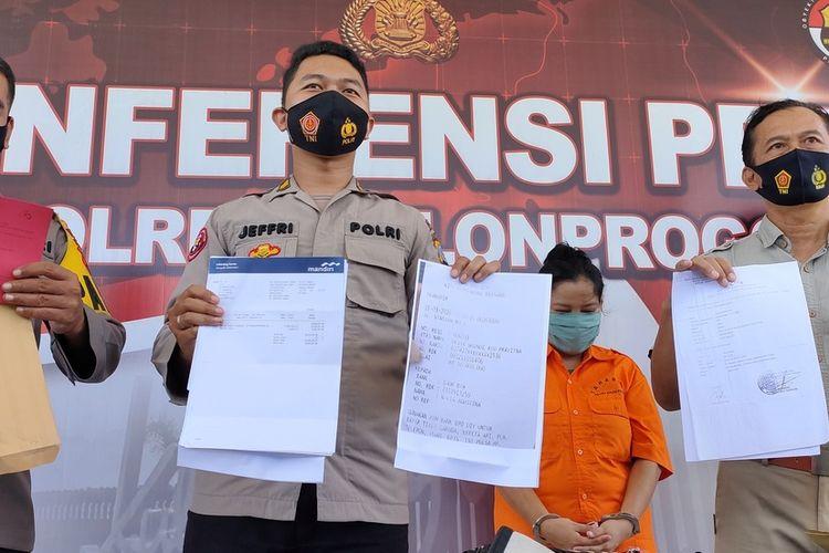 Polisi mengungkap kasus penipuan pembelian dua bidang tanah di Desa Cerme, Panjatan, Kulon Progo, pada Maret 2019. Polisi menunjukkan bukti berupa lima lembar bukti transfer dari DW ke NA dan satu bundel rekening koran riwayat transfer dari DW pada NA.