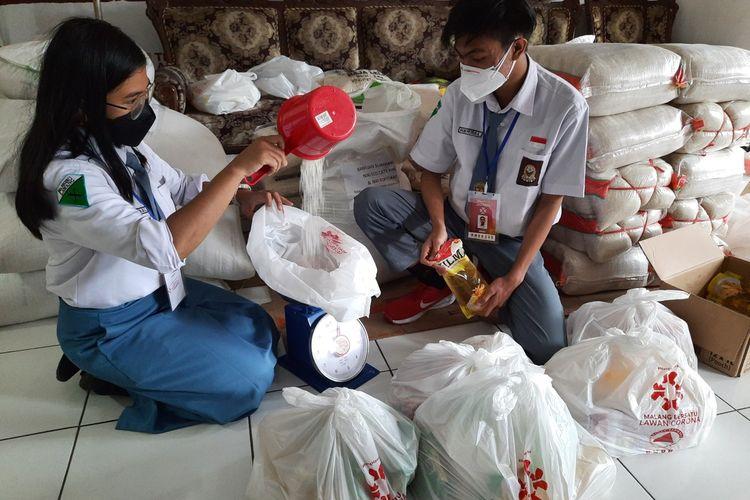 Moura dan Ifron, dua pelajar yang menjadi relawan penanganan Covid-19 di Posko MBLC Kota Malang, Selasa (3/8/2021).