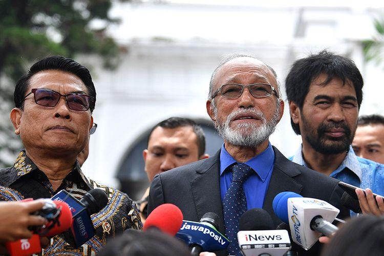 Kepala Staf Kepresidenan Moeldoko (kedua kiri) bersama mantan petinggi Gerakan Aceh Merdeka (GAM) Malik Mahmud Al Haythar (kedua kanan) dan Muzakir Manaf (kanan) memberikan keterangan pers seusai bertemu Presiden Joko Widodo di Kompleks Istana Kepresidenan, Jakarta, Kamis (13/2/2020). Pertemuan tersebut membahas soal perjanjian Helsinki yang merupakan perjanjian perdamaian antara RI dengan GAM yang ditandatangani di Finlandia pada 15 Agustus 2005 lalu untuk menyelesaikan konflik di Aceh.