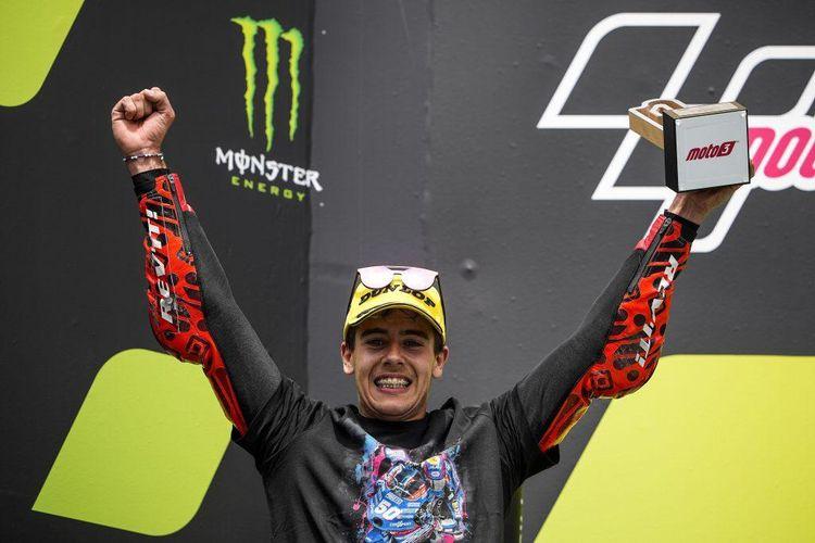 Jeremy Alcoba, pebalap tim Indonesian Racing Gresini Moto3, meraih podium 3 Moto3 di Sirkuit Catalunya, Barcelona, Spanyol.