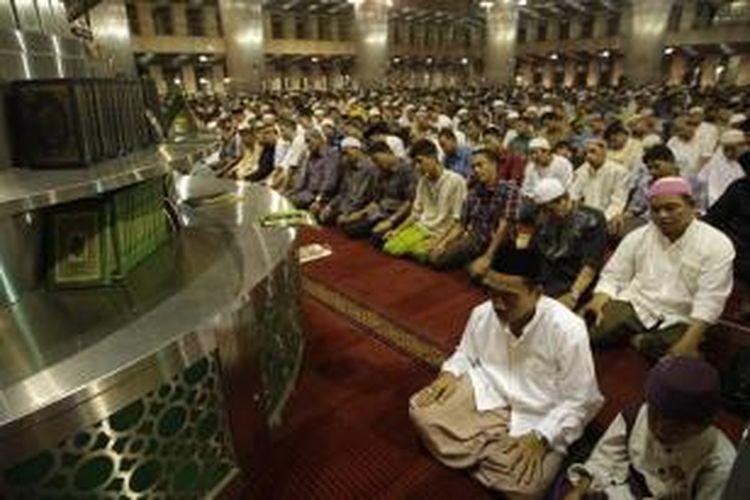 Umat muslim menjalankan ibadah shalat tarawih di Masjid Istiqlal, Jakarta, Selasa (9/7/2013). Pemerintah menetapkan puasa atau 1 Ramadhan 1434 Hijriah jatuh pada Rabu, 10 Juli 2013.