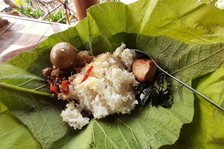 Sego Gandul menu sarapan di Penginapan Acala Ayu di Pantai Mbuluk, Gunungkidul, Yogyakarta