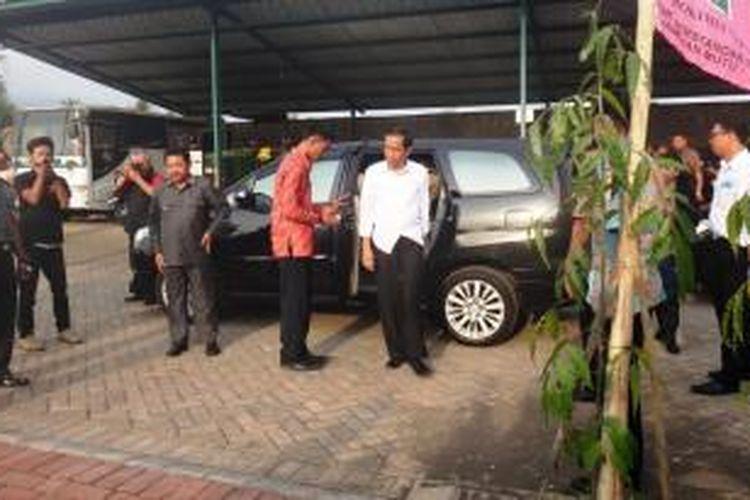 Presiden Republik Indonesia terpilih, Joko Widodo (Jokowi), turun dari mobil Toyota Innova. Jokowi datang ke Jember, Jawa Timur, Selasa (7/10/2014), untuk berdialog dengan petani tebu yang datang dari berbagai daerah.