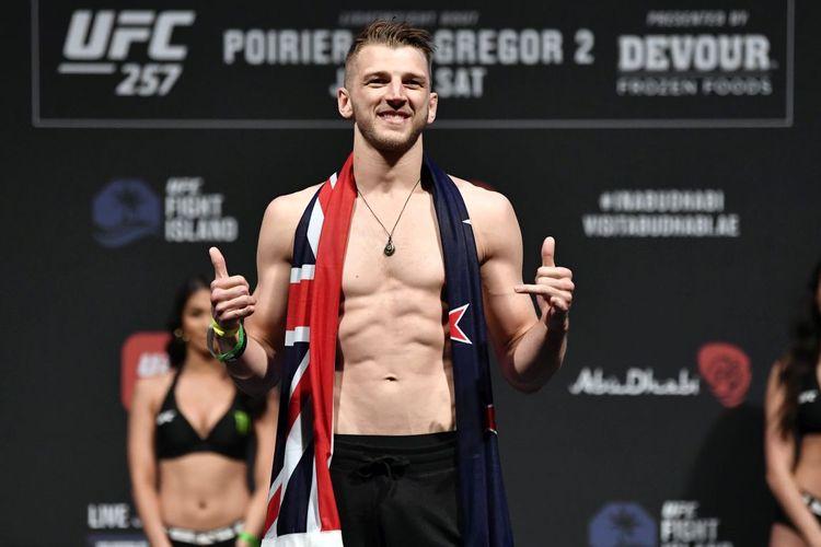 Petarung UFC asal Selandia Baru, Dan Hooker, pada sesi timbang badan jelang UFC 257 di Fight Island, Abu Dhabi, Uni Emirat Arab, pada 22 Januari 2021.