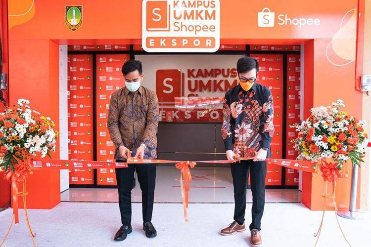 Shopee Indonesia dan Wali Kota Solo Gibran Rakabuming meresmikan Kampus UMKM Shopee Ekspor Solo pada Selasa (18/5/2021)