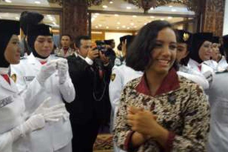 Gloria Natapradja Hamel di antara Paskibraka di Wisma Negara, Rabu (17/8/2016).