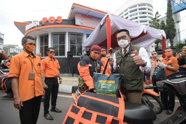 Gubernur Jawa Barat Ridwan Kamil memantau langsung hari pertama penyaluran bansos di Garut, Selasa (27/10/2020).