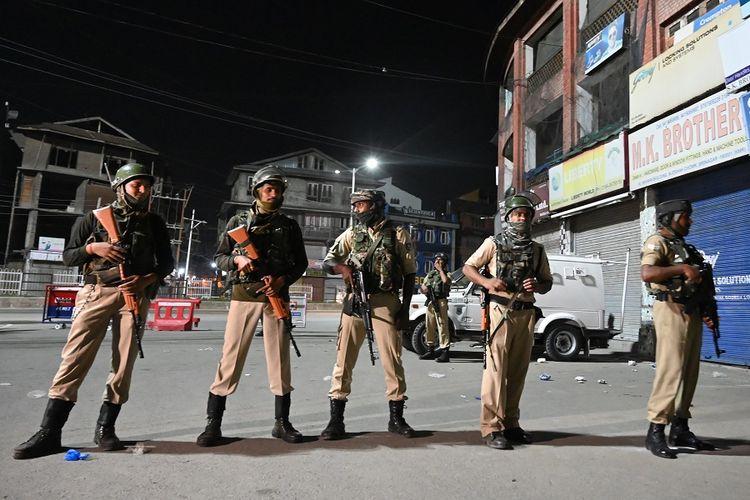 Pasukan paramiliter India berjaga di kawasan Maisuma, Srinagar, pada Minggu (4/8/2019) malam, setelah wilayah itu ditempatkan dalam penguncian.