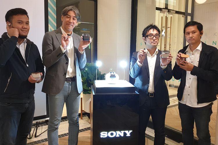 Dari kiri ke kanan: Presiden Direktur Sony Indonesia Kazuteru Makiyama (kedua dari kiri) dalam acara peluncuran earphone wireless  Sony WX-1000XM3 di Jakarta, Jumat (26/7/2019).