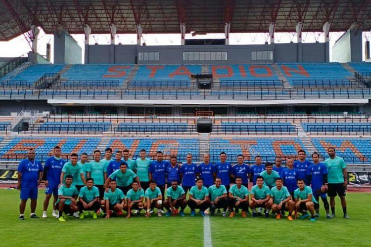 Tim asal Malaysia, Sabah FA foto bersama di Stadion Gelora Bung Tomo Surabaya, Jawa Timur, Jumat (07/02/2020) sore.