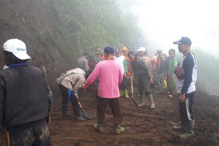 Proses pembersihan material longsor di jalur menuju wisata Puncak Telomoyo.