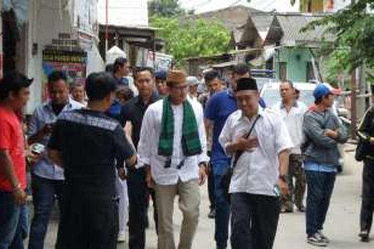 Calon wakil gubernur DKI Jakarta nomor urut tiga Sandiaga Uno menyapa warga di Kelurahan Pegadungan, Kecamatan Kalideres, Jakarta Barat, Selasa (1/11/2016).