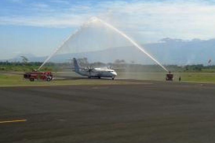 Pesawat Garuda Indonesia ATR 72-600, mendarat dengan mulus di Bandara Notohadinegoro, Jember, Jawa Timur, saat penerbangan perdana, Rabu (16/7/2014) lalu.