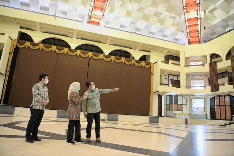 Gubernur Jawa Barat Ridwan Kamil didampingi Gubernur Jatim. Khofifah Indar Parawansa dan Wagub Jatim Emil Dardak saat survei lokasi masjis Islamic Center, Surabaya, Sabtu (29/5/2021).