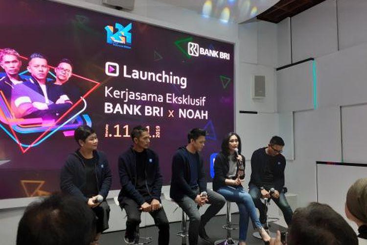 Direktur Konsumen BBRI Handayani dan Band Noah berkolaborasi untuk desain kartu  BRIZZI di Jakarta, Senin (11/11/2019).