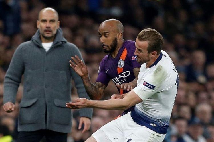 Striker Tottenham Hotspur, Harry Kane, ditekel gelandanng Manchester City, Fabian Delph, sebelum meninggalkan lapangan karena cedera pada leg pertama perempat final Liga Champions di Stadion Tottenham Hotspur, 10 April 2019.