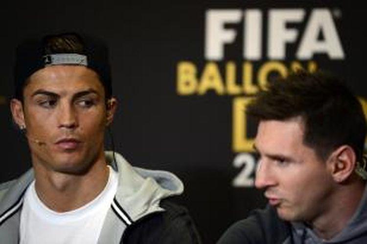 Bintang Real Madrid, Cristiano Ronaldo bersama Lionel Messi saat hadir dalam malam penganugerahan FIFA Ballon d'Or 2013 di Zurich, Swiss, Senin (13/1/2014).