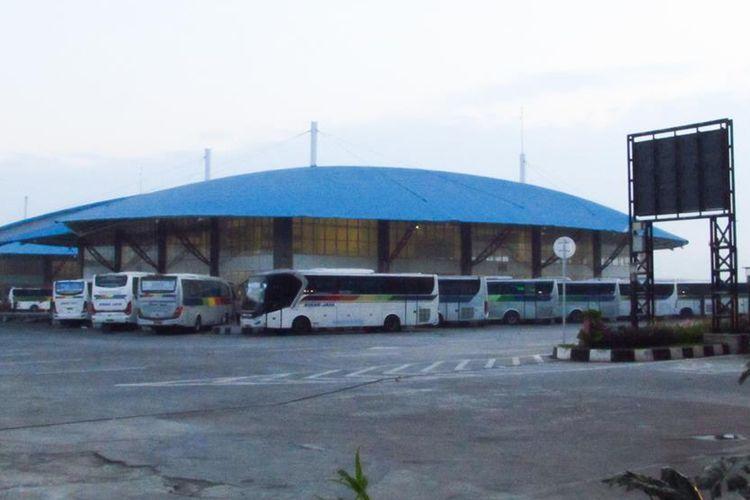 Sejumlah bus terparkir di Terminal Bus Terpadu Pulogebang, Selasa (15/5/2019).