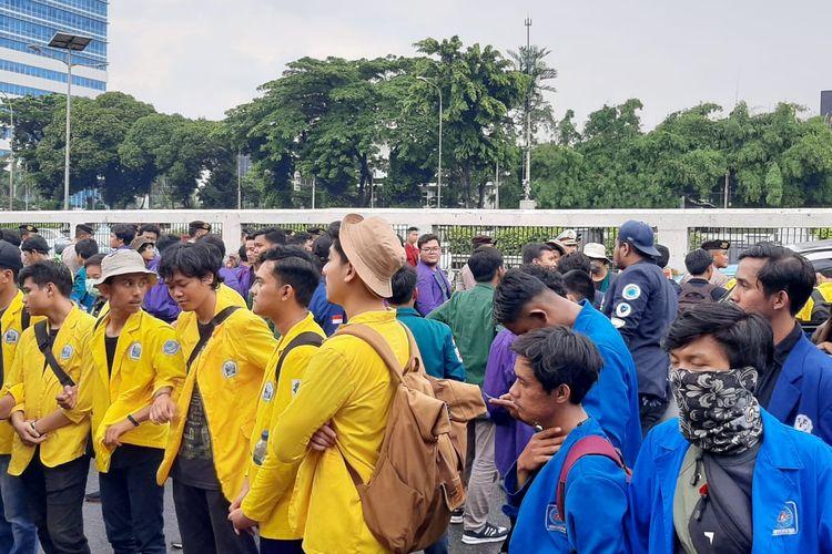 Aksi mahasiswa dari berbagai perguruan tinggi menolak omnibus law RUU Cipta Kerja di depan Gedung DPR, Jakarta, Rabu (4/3/2020).