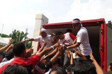 Bantah Fitnah, Relawan Jokowi Bagi-bagi Buku di GBK