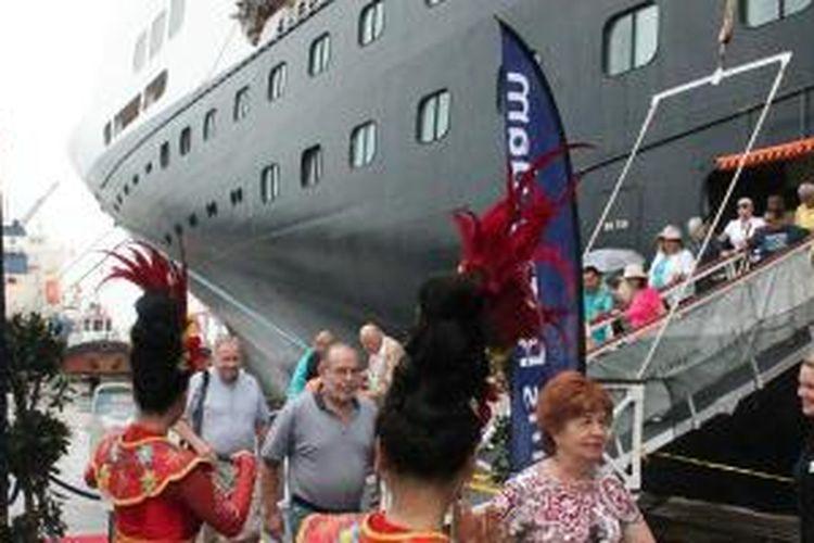 Ratusan turis turun dari kapal pesiar MS Rotterdam yang sandar di Pelabuhan Tanjung Priok, Jakarta, Kamis (19/2/2015).