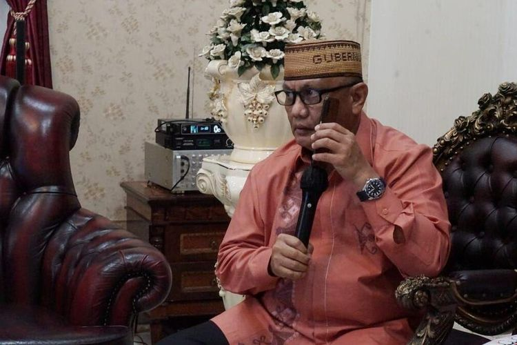 Gubernur Gorontalo, Rusli habibie saat menghubungi Gubernur Maluku Utara Abdul Ghani Kasuba untuk membantu warga Gorontalo yang terkatung-katung di Pelabuhan Kota Ternate. Warga Gorontalo ini tidak bisa pulang akibat Pemerintah Provinsi Gorontalo menerapkan PSBB.