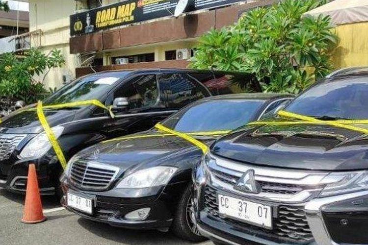 Tiga mobil pelat CC dan satu pelat BK diamankan Polrestabes Medan, Kamis (26/8/2021). Pelat CC merupakan pelat konsulat Rusia. Pemilik mobil yakni seorang dokter kini diperiksa polisi.