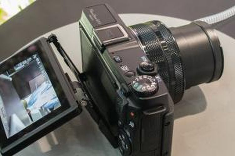 Kamera Canon PowerShot G1X Mark II memiliki layar tiltable display yang bisa ditekuk 180 derajat ke arah depan