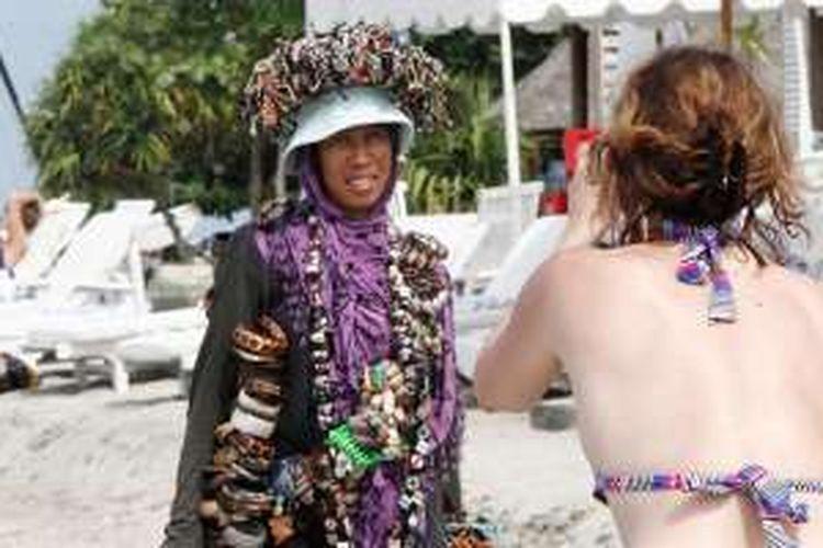 Wisman memotret pedagang suvenir di Gili Meno, Kabupaten Lombok Utara, Nusa Tenggara Barat, Kamis (7/2/2013).