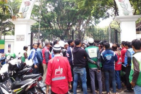 Tolak Go-Jek, Ratusan Tukang Ojek Geruduk Kantor Wali Kota Bandung