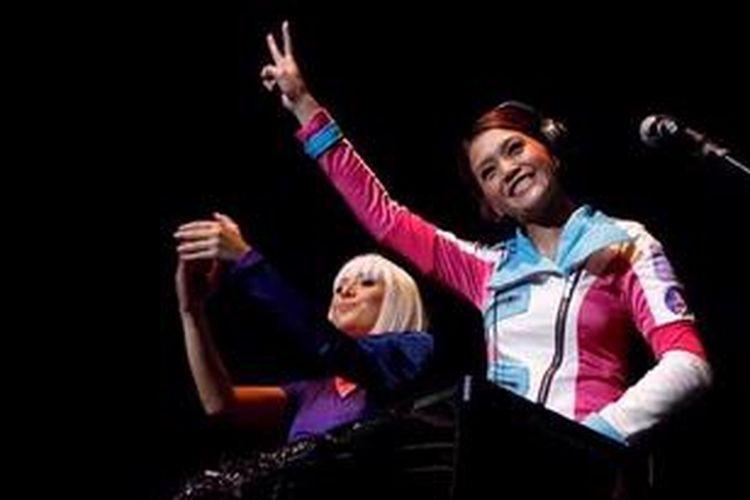 Maia Estianty (kanan) tampil sebagai DJ Maialicious bersama DJ Devina.