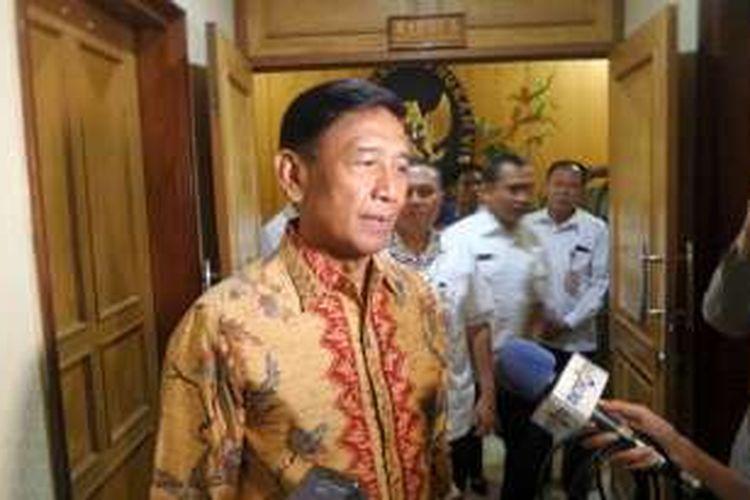 Menteri Koordinator bidang Politik, Hukum dan Keamanan Wiranto saat ditemui di gedung Sekretariat Jenderal Dewan Ketahanan Nasional, Jakarta Pusat, Rabu (9/11/2016).
