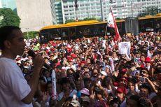 Warga Berdesakan untuk Berikan Kado Ulang Tahun bagi Jokowi