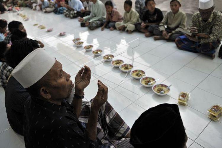 KAMPUNG MUSLIM BALI. Beberapa Umat Islam berdoa sebelum menggelar tradisi Megibung atau makan bersama dalam satu wadah sesuai tradisi adat masyarakat Bali di Masjid Al Muhajirin Kampung Islam Kepaon