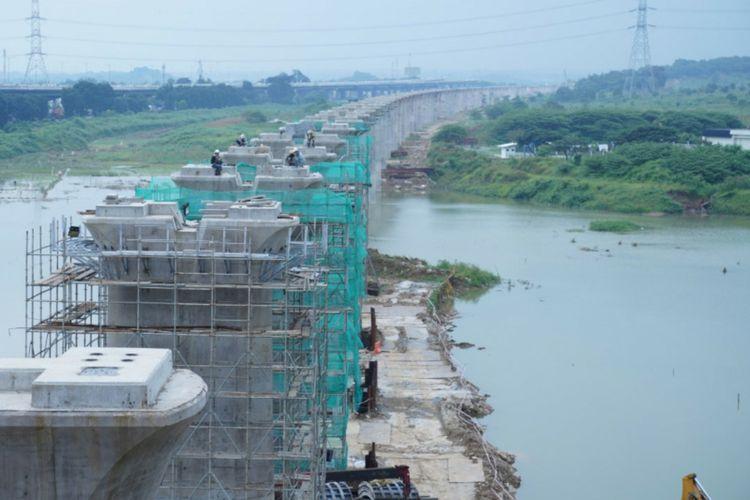 PT Kerta Cepat Indonesia China (KCIC) terus mengebut sejumlah pengerjaan sarana dan prasarana untuk menunjang operasional Kereta Cepat Jakarta-Bandung (KCJB). Proyek tersebut ditargetkan bisa selesai pada tahun 2022 mendatang.