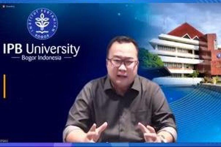 Arif Satria saat menjelaskan jalur masuk maba 2021 melalui kanal youtube IPB