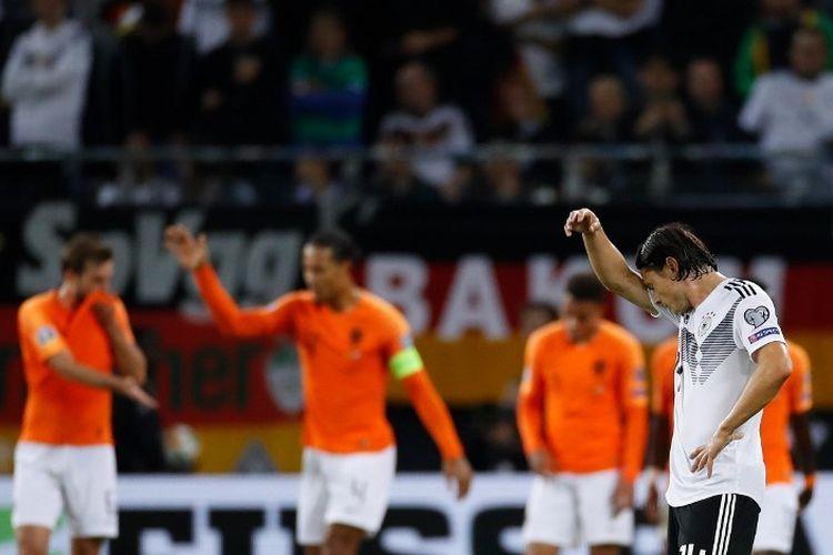 Nico Schulz tampak kecewa seusai timnya kebobolan pada pertandingan Jerman vs Belanda dalam kualifikasi Euro 2020 di Volksparkstadion, 6 September 2019.