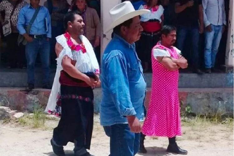 Wali Kota Huixtan di Meksiko, Javier Sebastian Jimenez Santiz, dan stafnya diarak dengan mengenakan baju perempuan selama 4 hari penuh setelah dianggal gagal memenuhi janji kampanye.