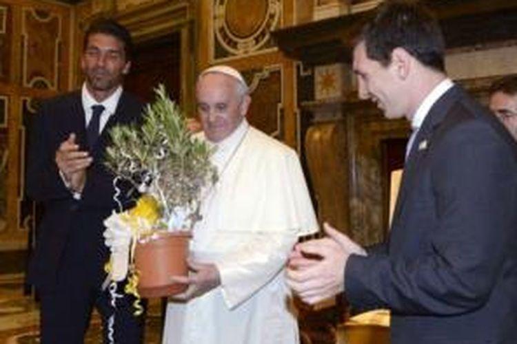 Paus Fransiskus menerima kunjungan Kapten Italia, Gianluigi Buffon, dan bintang Argentina, Lionel Messi, pada Selasa (13/8/2013) waktu setempat.