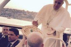 Paus Terima Pizza yang Dikirim ke Mobil Kepausannya