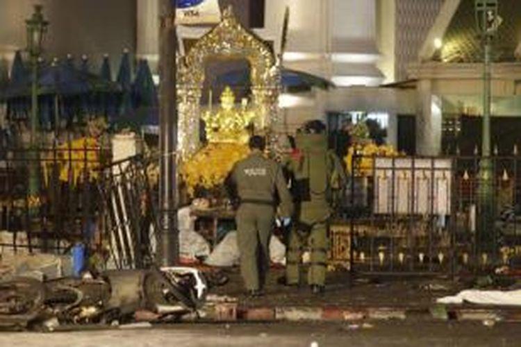 Tim penjinak bom memasuki lokasi ledakan bom di Kuil Erawan, Distrik Chidlom, pusat Kota Bangkok, Thailand, Senin (17/8/2015) sekitar pukul 19.00 waktu setempat. Puluhan orang dilaporkan tewas dalam peristiwa tersebut.