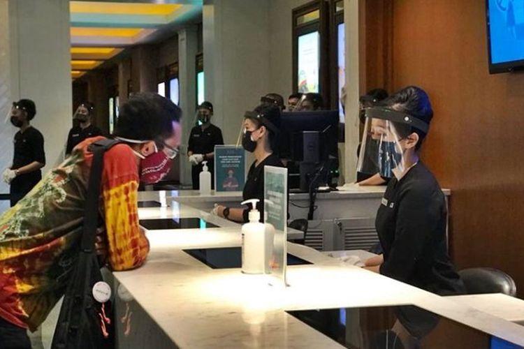 Bioskop XXI di Duta Mall Banjarmasin mulai ujicoba beroperasi pada, Sabtu (17/10/2020). Nampak seorang penonton datang untuk membeli tiket.