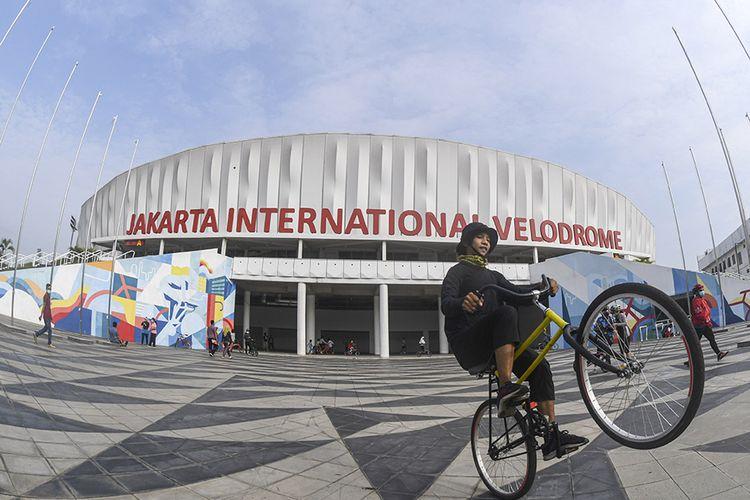 Warga bersepeda di Jakarta International Velodrome, Rawamangun, Jakarta, Minggu (25/10/2020). Jakarta International Velodrome (JIV) kembali dibuka untuk publik selama penerapan Pembatasan Sosial Berskala Besar (PSBB) transisi di ibu kota, namun membatasi jumlah pengunjung sebanyak 1.500 orang atau 50 persen dari kapasitas normal yakni sebanyak 3.000 orang.