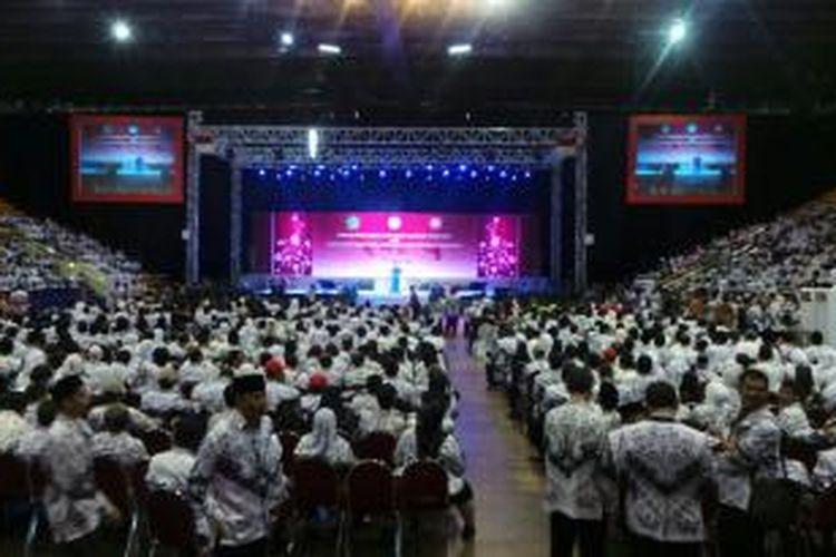Suasana peringatan Hari Guru dan HUT ke 69 Persatuan Guru Republik Indonesia (PGRI) di Istora Senayan, Jakarta, Kamis (27/11/2014).