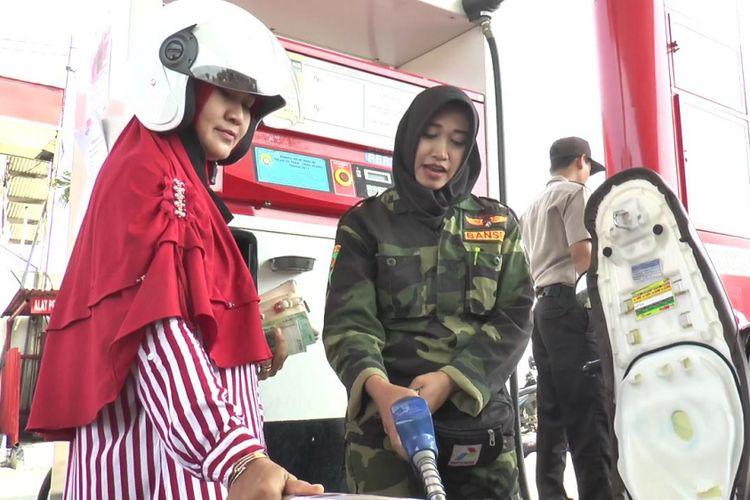 Operator SPBU Jambearum Kendal memakai seragam loreng dalam rangka memperingati Hari Pahlawan.